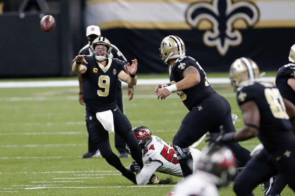 New Orleans Saints quarterback Drew Brees (9) passes under pressure from Tampa Bay Buccaneers outside linebacker Lavonte David (54) in the second half...
