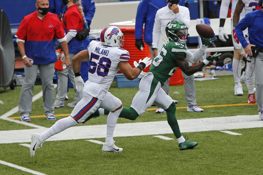 New York Jets running back Le'Veon Bell (26) makes a catch with Buffalo Bills outside linebacker Matt Milano (58) defending during the first half of a...