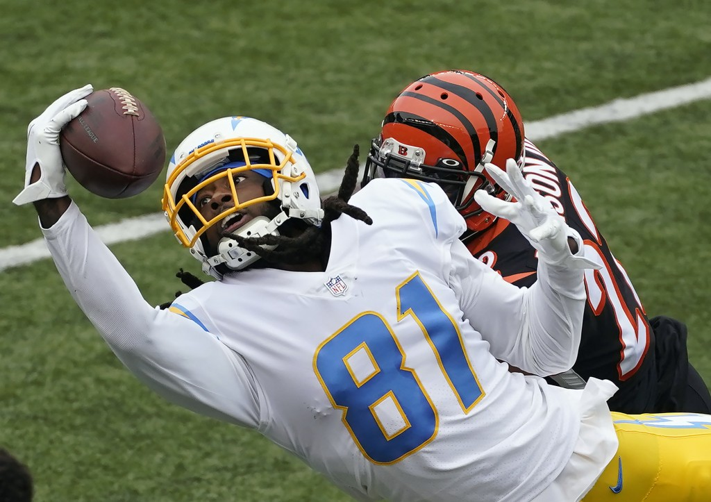 Los Angeles Chargers' Mike Williams (81) tries to make a catch against Cincinnati Bengals' William Jackson (22) during the first half of an NFL footba...