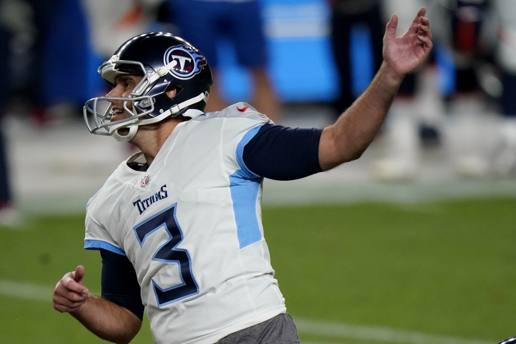 Tennessee Titans kicker Stephen Gostkowski (3) watches his field goal attempt miss the uprights during the first half of an NFL football game against ...
