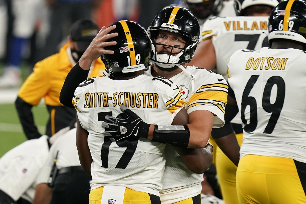 Pittsburgh Steelers wide receiver JuJu Smith-Schuster (19) celebrates with Pittsburgh Steelers quarterback Ben Roethlisberger (7) after scoring a touc...