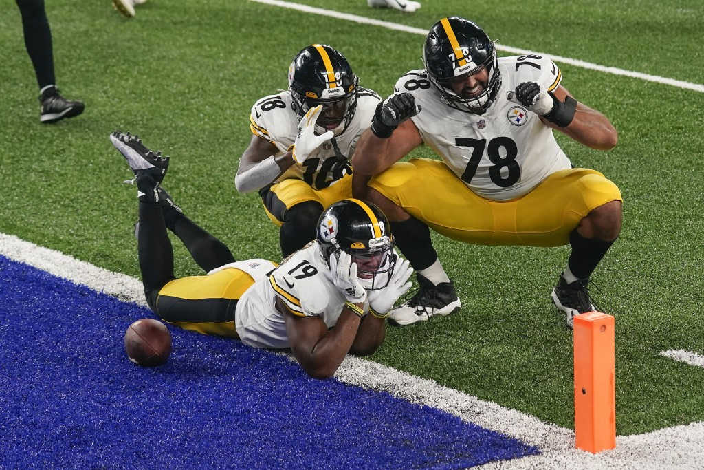 Pittsburgh Steelers wide receiver JuJu Smith-Schuster (19) offensive tackle Alejandro Villanueva (78) and wide receiver Diontae Johnson (18) celebrate...