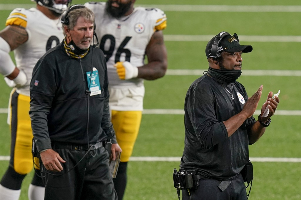 Pittsburgh Steelers head coach Mike Tomlin, right, applauds his players during the fourth quarter of an NFL football game against the New York Giants,...