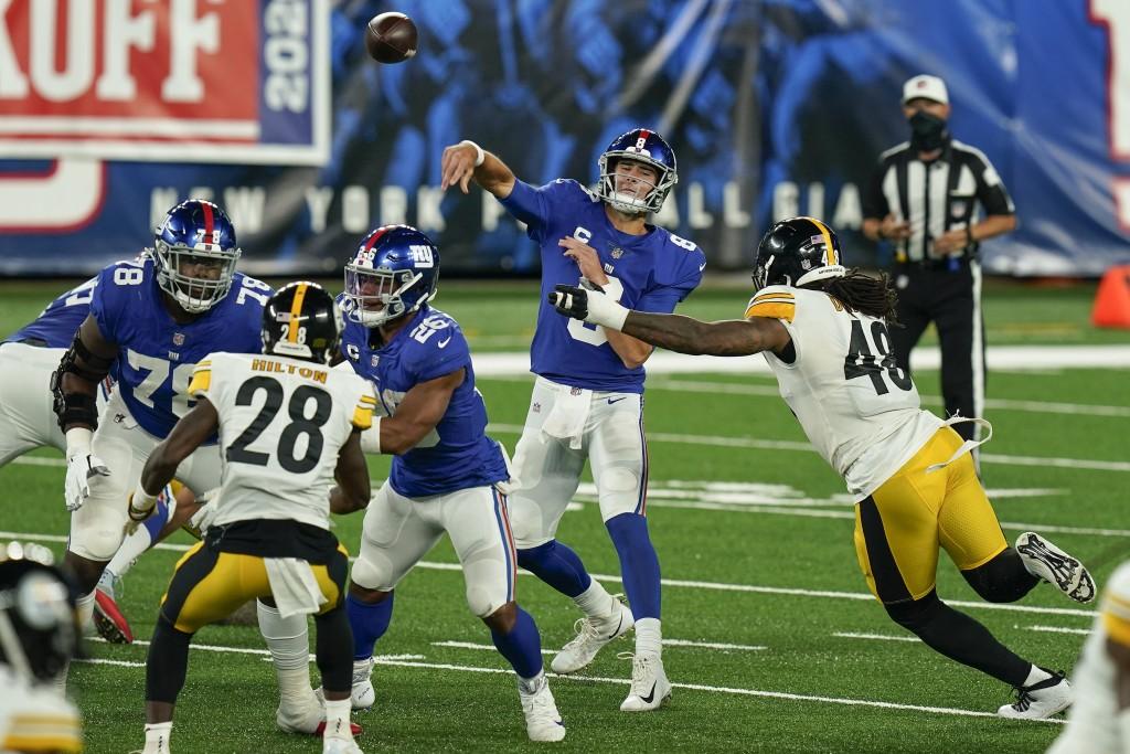 New York Giants quarterback Daniel Jones (8) passes under pressure from Pittsburgh Steelers outside linebacker Bud Dupree (48) during the second quart...