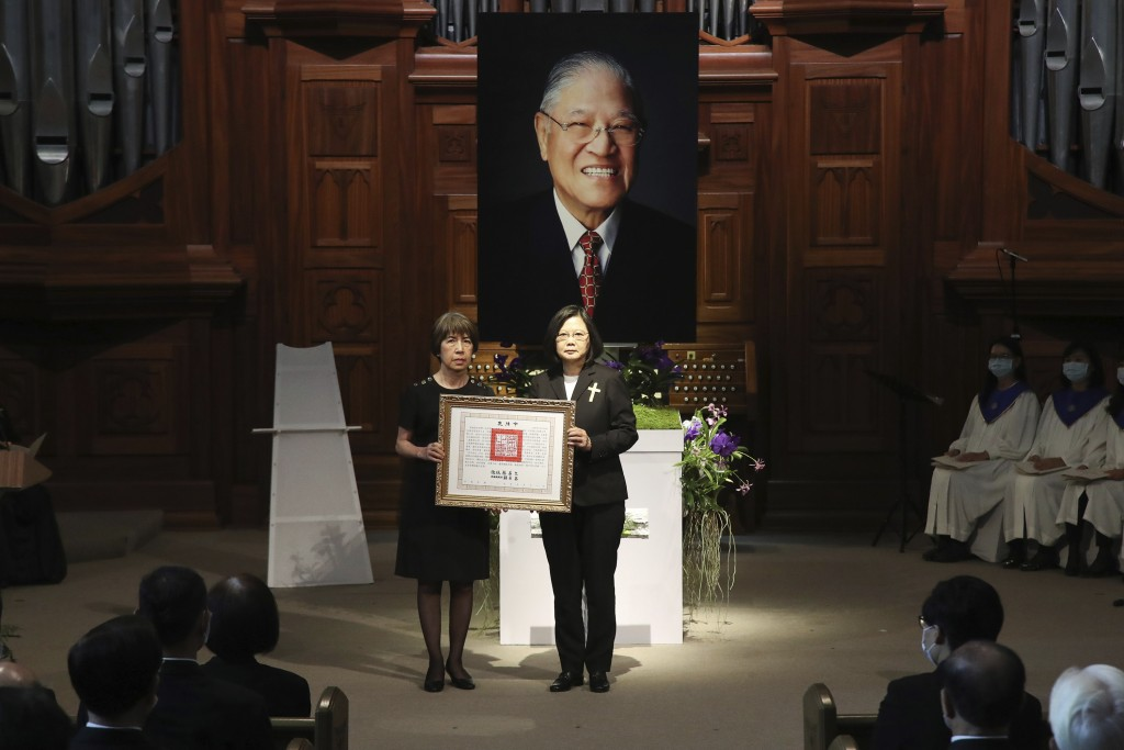Taiwan President Tsai Ing-wen, center right, presents a posthumous citation for the late Taiwanese President Lee Teng-Hui to his daughter Anna Lee dur...