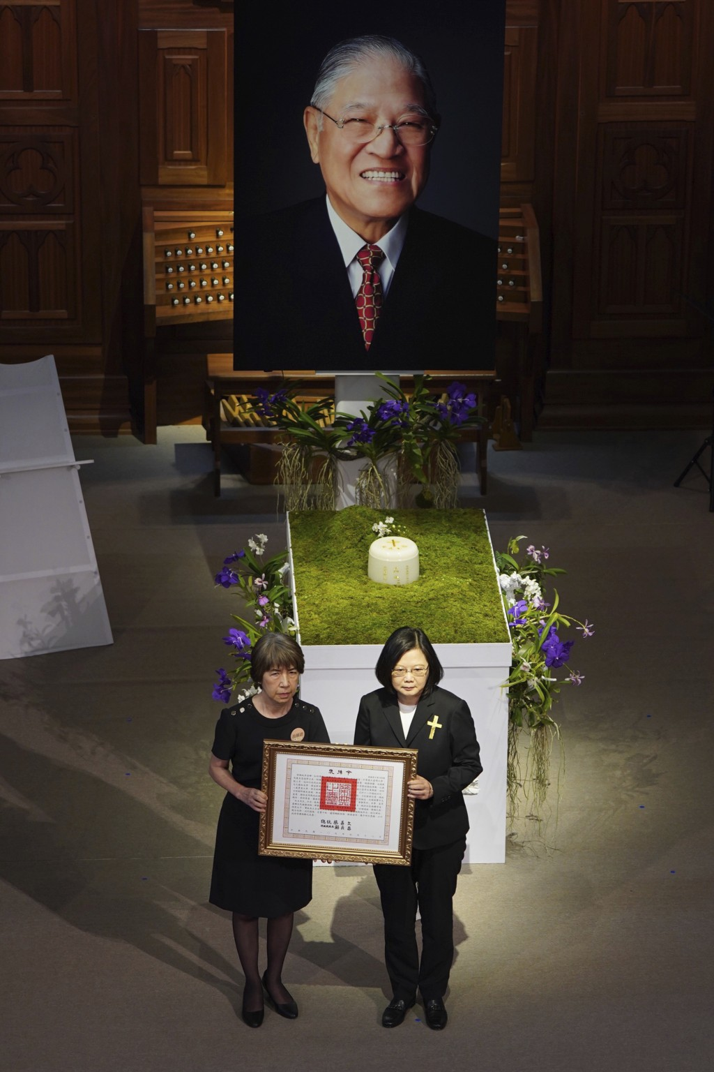 Taiwan President Tsai Ing-wen, right, attends a memorial service for former President Lee Teng-hui with his daughter in Taipei, Taiwan on Saturday, Se...