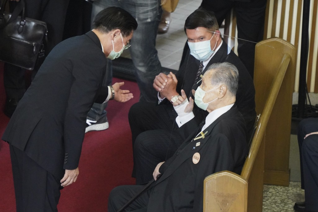 Former Japanese Prime Minister Yoshiro Mori, center is seated next to U.S. Under Secretary of State Keith Krach, at a memorial service for the late fo...
