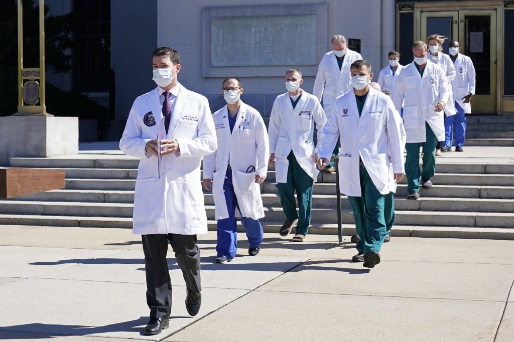 總統川普的醫師團隊主治醫師Sean Conley(前)等人。