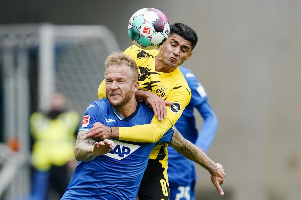 Dortmund's Mahmoud Dahoud, right, and Hoffenheim's Kevin Vogt challenge for the ball during the German soccer Bundsliga match between TSG Hoffenheim a...