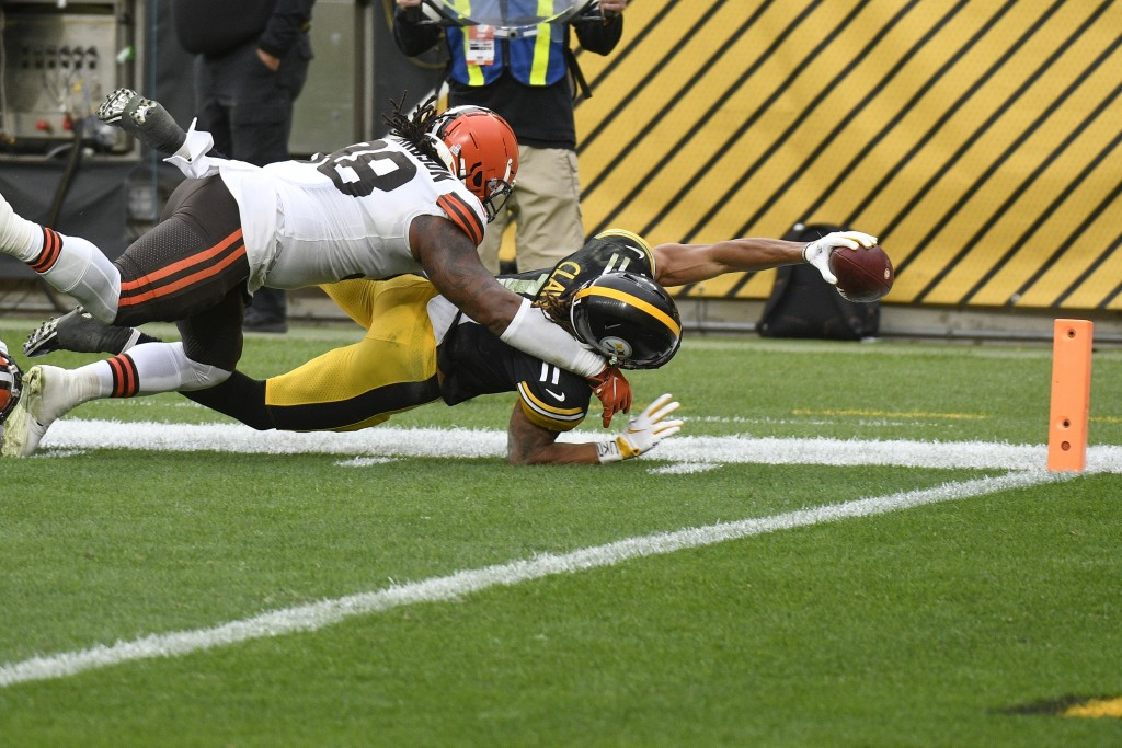 Pittsburgh Steelers wide receiver Chase Claypool (11) stretches, trying to score a touchdown past Cleveland Browns defensive tackle Sheldon Richardson...