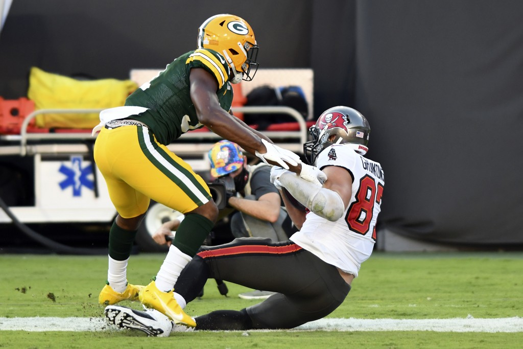 Tampa Bay Buccaneers tight end Rob Gronkowski (87) scores a touchdown in front of Green Bay Packers strong safety Adrian Amos (31) during the first ha...