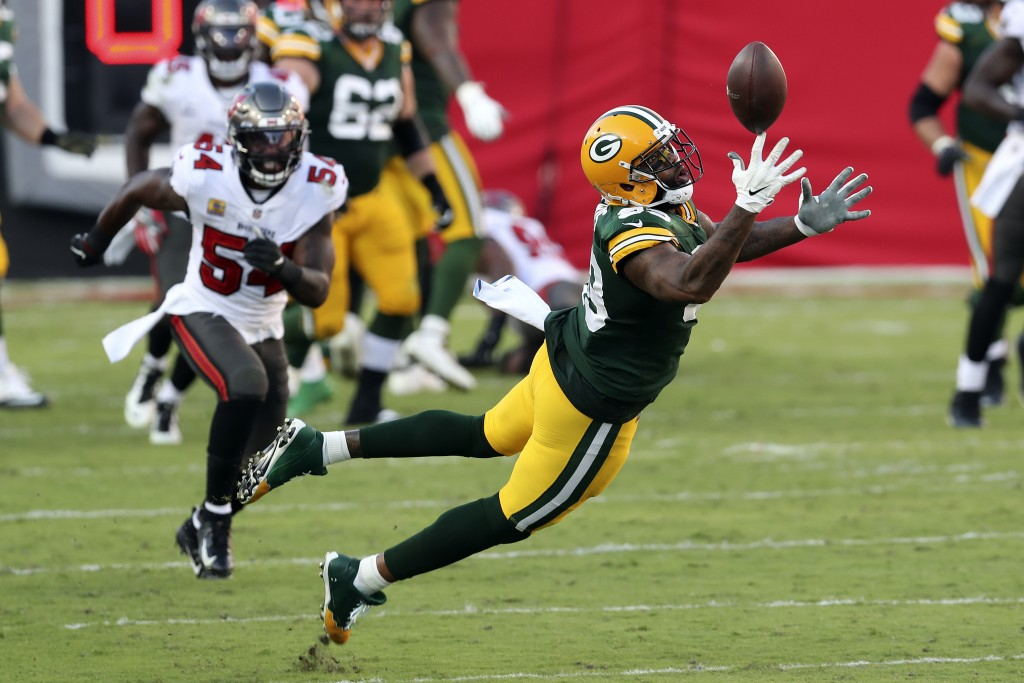 Green Bay Packers tight end Marcedes Lewis (89) misses a pass from quarterback Aaron Rodgers after getting past Tampa Bay Buccaneers inside linebacker...