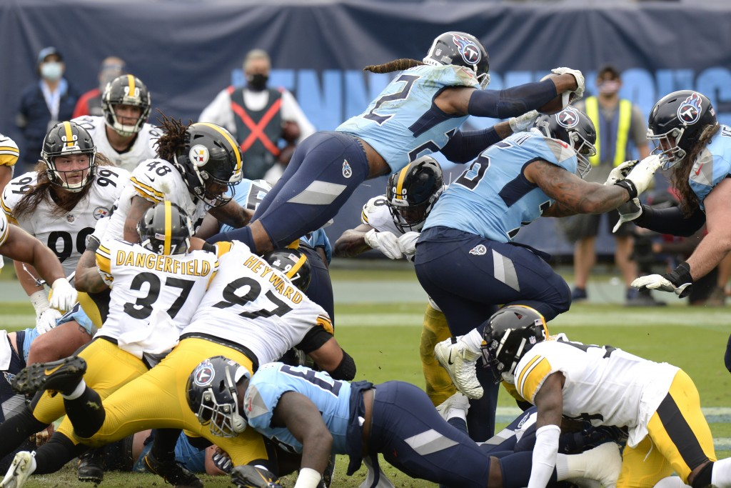 Tennessee Titans running back Derrick Henry (22) dives over the goal line for a touchdown against the Pittsburgh Steelers in the second half of an NFL...