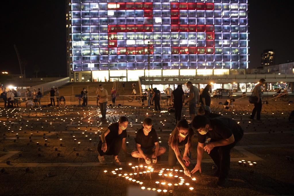 Israelis light memorial candles on the 25th anniversary of the assassination of Israeli Prime Minister Yitzhak Rabin, at Rabin Square, Tel Aviv, Israe...