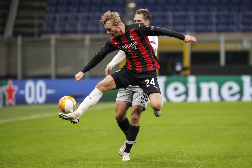AC Milan's Simon Kjaer, challenges for the ball with Sparta's Lukas Julis during an Europa League Group H soccer match between AC Milan and Sparta Pra...
