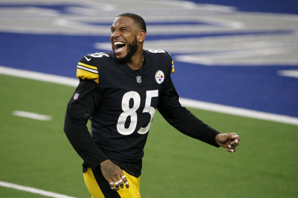 Pittsburgh Steelers' Eric Ebron celebrates after their 24-19 win against the Dallas Cowboys in an NFL football game in Arlington, Texas, Sunday, Nov. ...