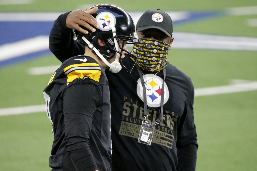 Pittsburgh Steelers' Chris Boswell (9) talks with head coach Mike Tomlin, right, after Boswell kicked a field goal late in the first half of an NFL fo...