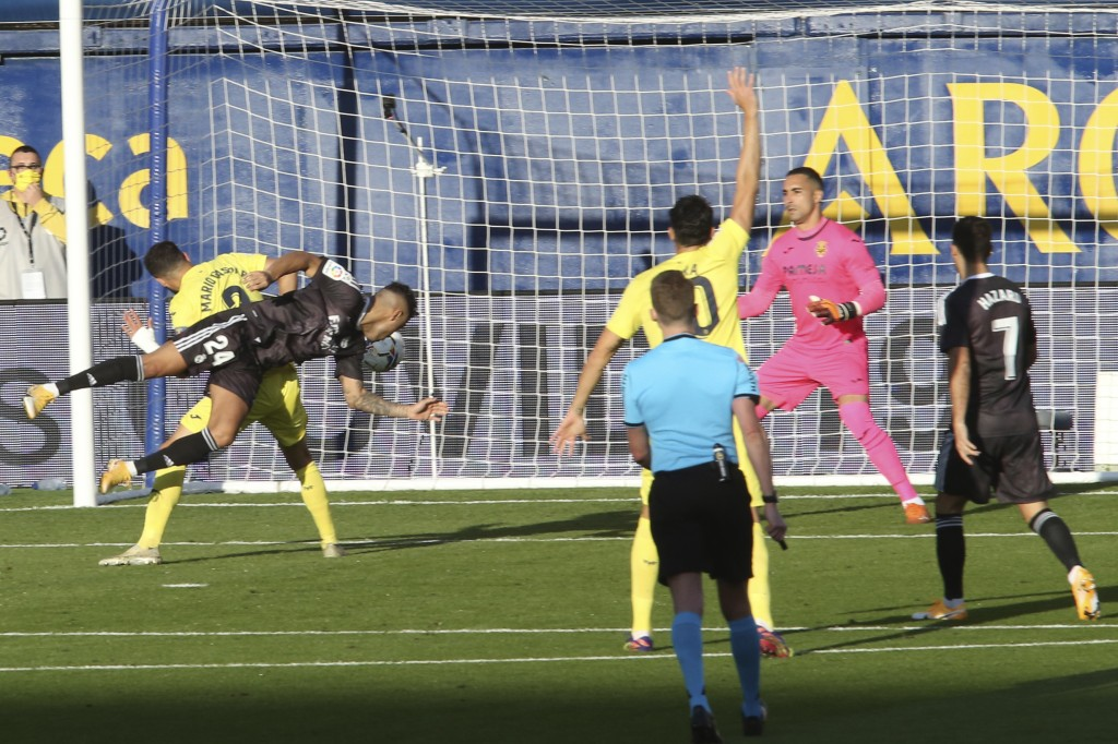 Real Madrid's Mariano Diaz, left, scores the opening goal during the Spanish La Liga soccer match between Villarreal and Real Madrid in Ceramica stadi...