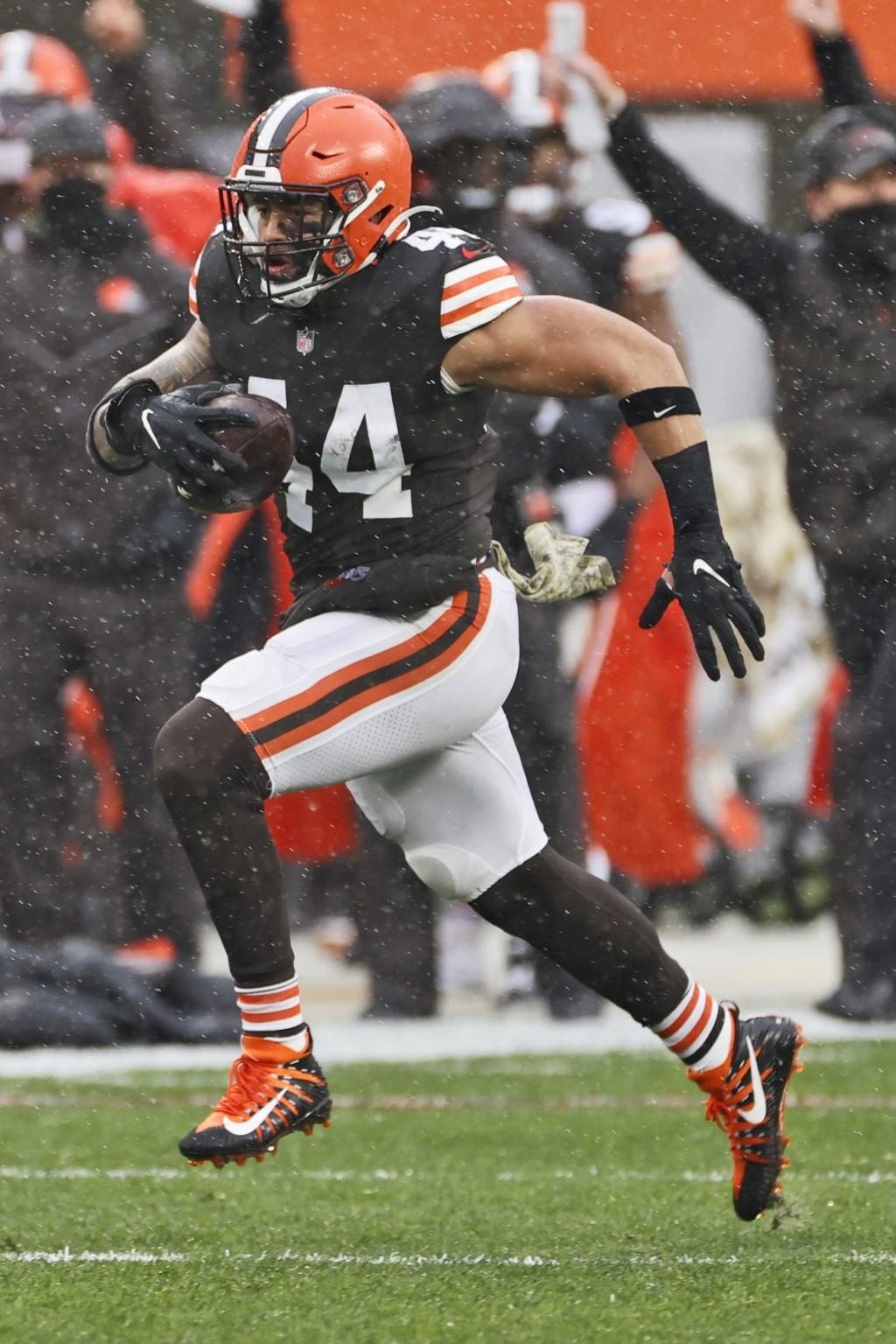 Cleveland Browns linebacker Sione Takitaki runs for a 50-yard interception return touchdown during the first half of an NFL football game against the ...