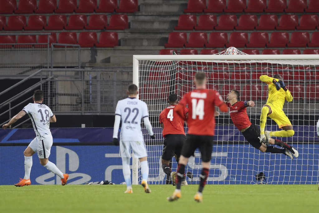 Chelsea's Olivier Giroud, left, scores his side's second goal during the Champions League, group E soccer match between Rennes and Chelsea at the Roaz...