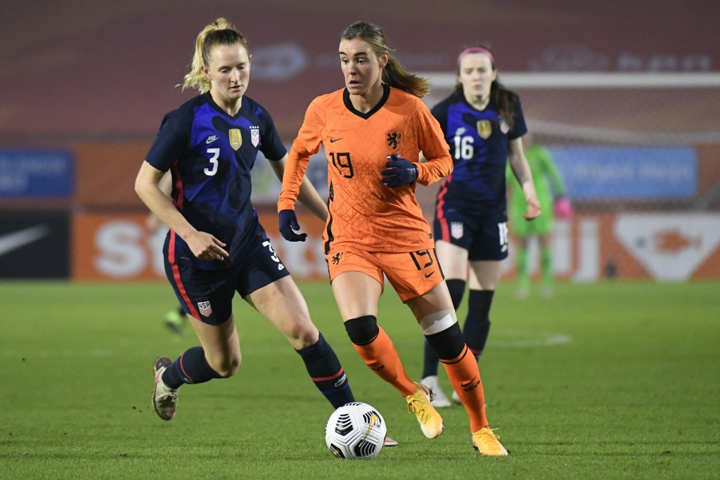 Netherlands' Jill Roord, center, and United States' Samantha Mewis, left, vie for the ball during the international friendly women's soccer match betw...