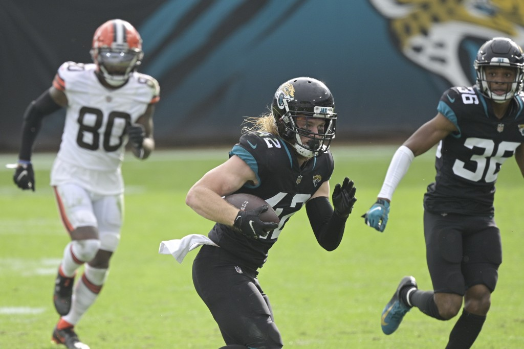 Jacksonville Jaguars safety Andrew Wingard, center, runs after recovering a Cleveland Browns fumble as wide receiver Jarvis Landry (80) gives chase du...
