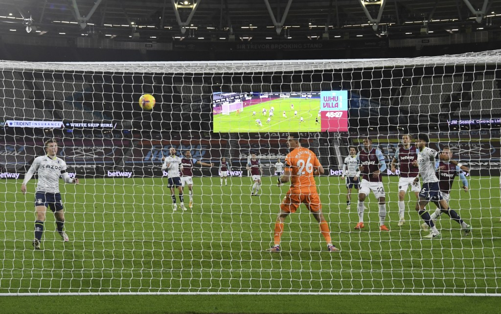 West Ham's Jarrod Bowen, rigt, scores his side's second goal during the English Premier League soccer match between West Ham United and Aston Villa at...