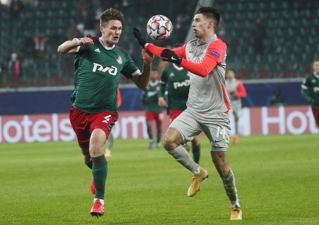 Lokomotiv's Vitali Lystsov, left, and Salzburg's Dominik Szoboszlai challenge for the ball during the Champions League, group A, soccer match between ...