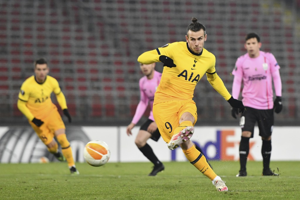 Tottenham's Gareth Bale scores his side's first goal from the penalty spot during the Europa League Group J soccer match between Linzer ASK and Totten...