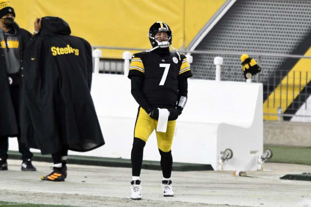 Pittsburgh Steelers quarterback Ben Roethlisberger (7) stands on the sideline during the final minute of the second half of an NFL football game again...