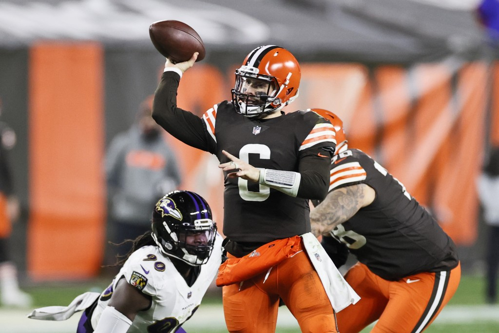Cleveland Browns quarterback Baker Mayfield (6) throws a 21-yard touchdown pass to wide receiver Rashard Higgins during the second half of an NFL foot...