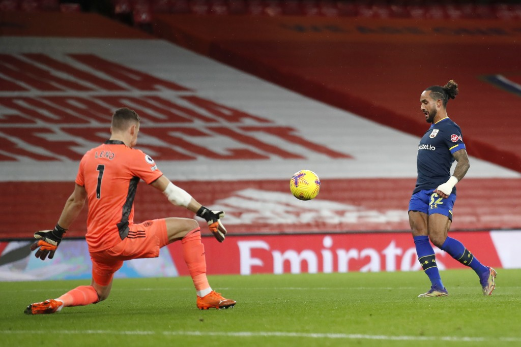 Southampton's Theo Walcott, left, scores his side's first goal during an English Premier League soccer match between Arsenal and Southampton at the Em...