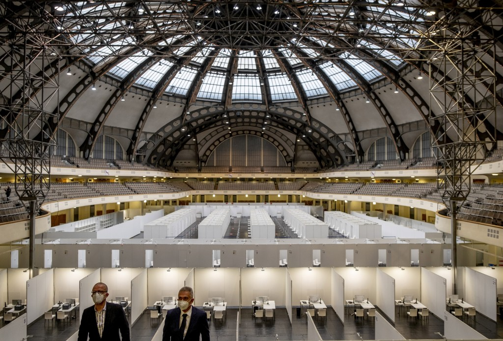 Frankfurt's mayor Peter Feldmann, right, stands in the Festhalle in Frankfurt, Germany, during the introducing of a vaccination center on Thursday, De...