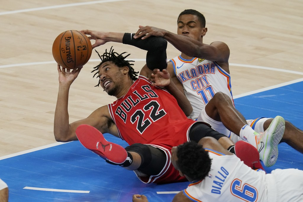 Chicago Bulls forward Otto Porter Jr. (22) passes in front of Oklahoma City Thunder guard Hamidou Diallo (6) and guard Theo Maledon (11) in the second...