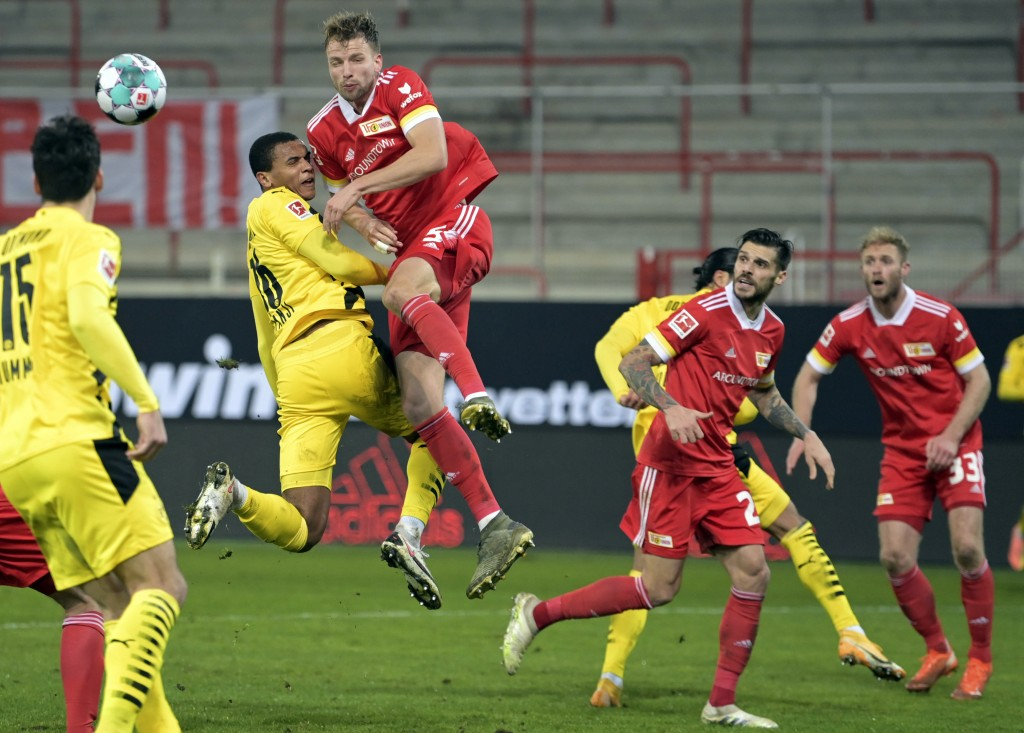 Union's Marvin Friedrich, third left, in action against Dortmund's Manuel Akanji during the German Bundesliga soccer match between 1. FC Union Berlin ...
