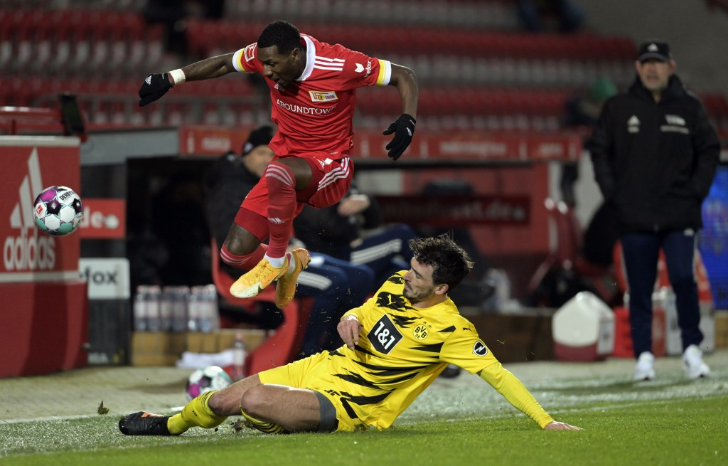 Union's Sheraldo Becker, top, in action against Dortmund's Mats Hummels during the German Bundesliga soccer match between 1. FC Union Berlin and Borus...