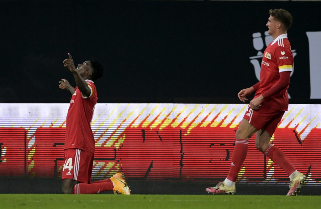 Union's Taiwo Awoniyi, left, celebrates scoring his side's first goal of the game during the German Bundesliga soccer match between 1. FC Union Berlin...