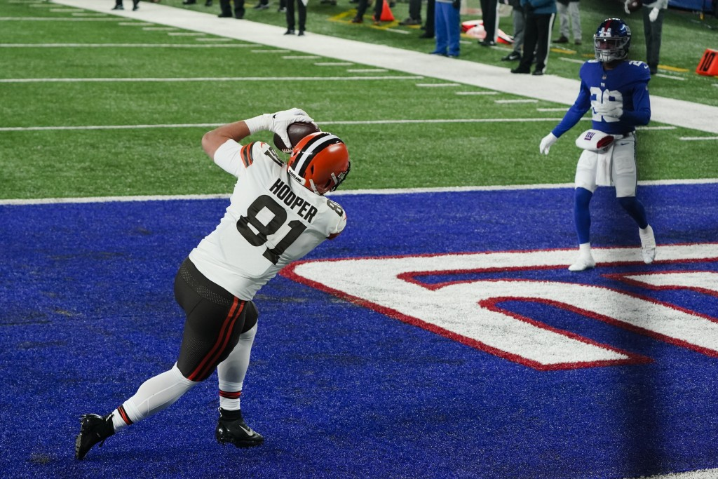 Cleveland Browns tight end Austin Hooper (81) catches a pass for a touchdown in front of New York Giants safety Xavier McKinney (29) during the first ...