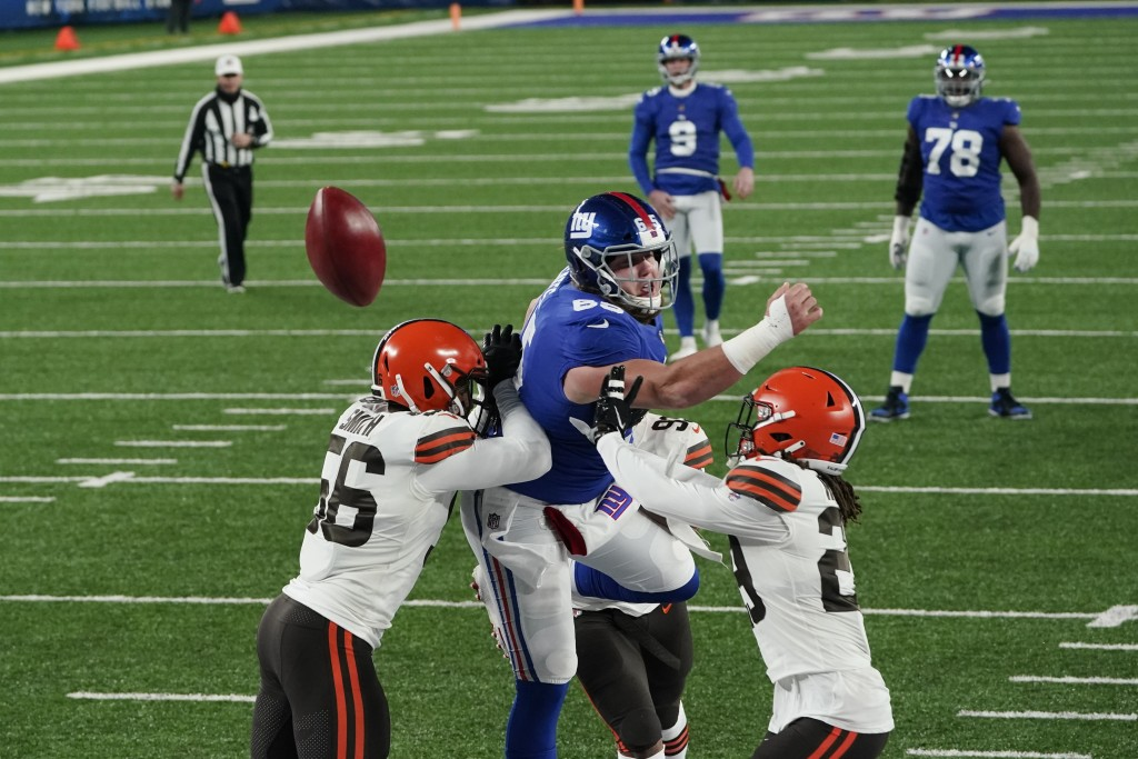 Cleveland Browns' Malcolm Smith (56) breaks up a pass to New York Giants' Nick Gates (65) from Riley Dixon (9) during the first half of an NFL footbal...