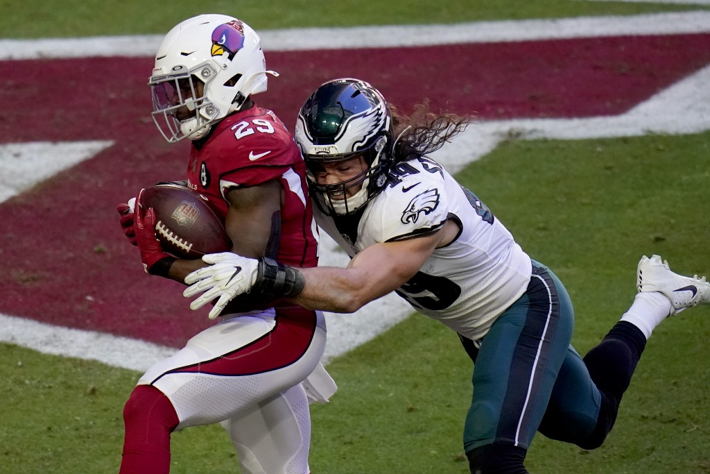 Arizona Cardinals running back Chase Edmonds (29) scores a touchdown as Philadelphia Eagles linebacker Alex Singleton defends during the first half of...