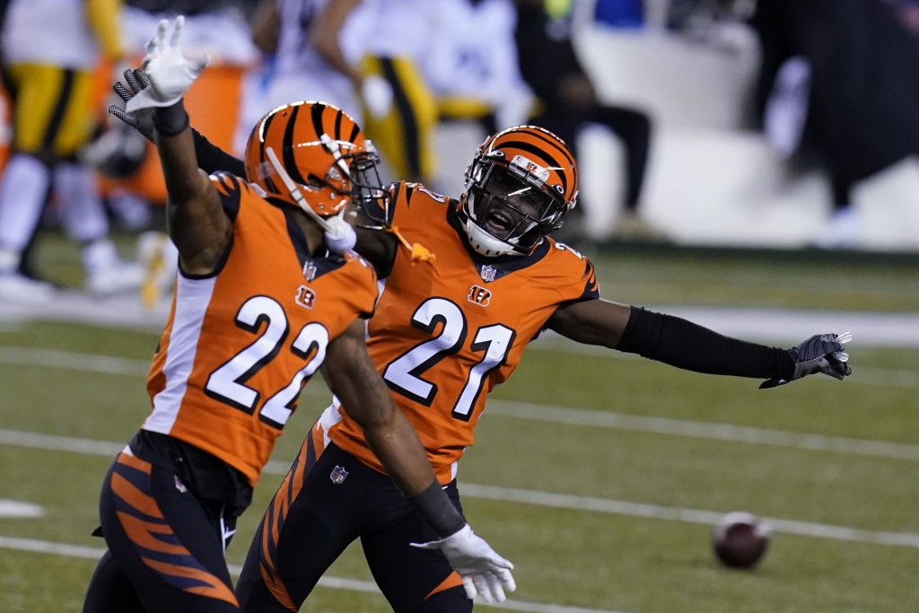 Cincinnati Bengals' Mackensie Alexander (21) and William Jackson (22) celebrate after Pittsburgh Steelers turned the ball over on downs during the sec...