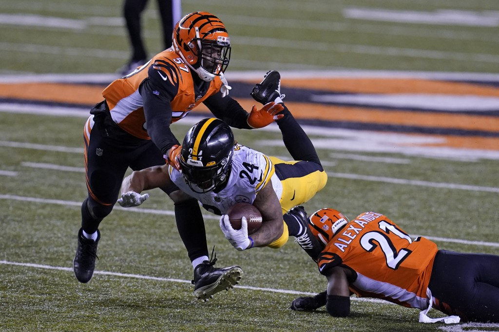 Pittsburgh Steelers' Benny Snell (24) is tackled by Cincinnati Bengals' Mackensie Alexander (21) and Germaine Pratt (57) during the second half of an ...