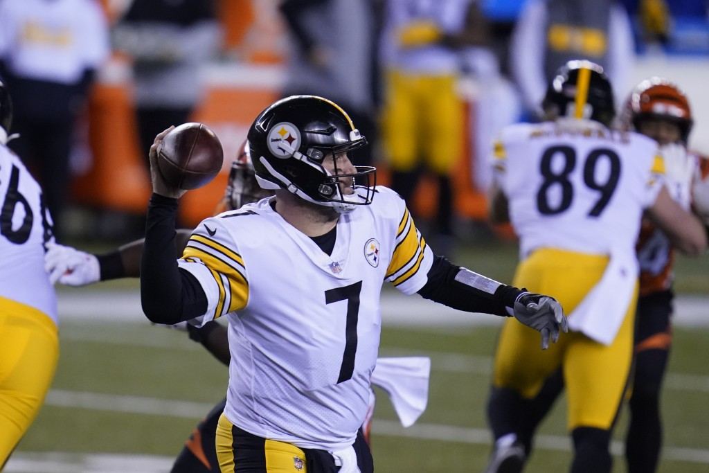 Pittsburgh Steelers quarterback Ben Roethlisberger (7) throws during the first half of an NFL football game against the Cincinnati Bengals, Monday, De...