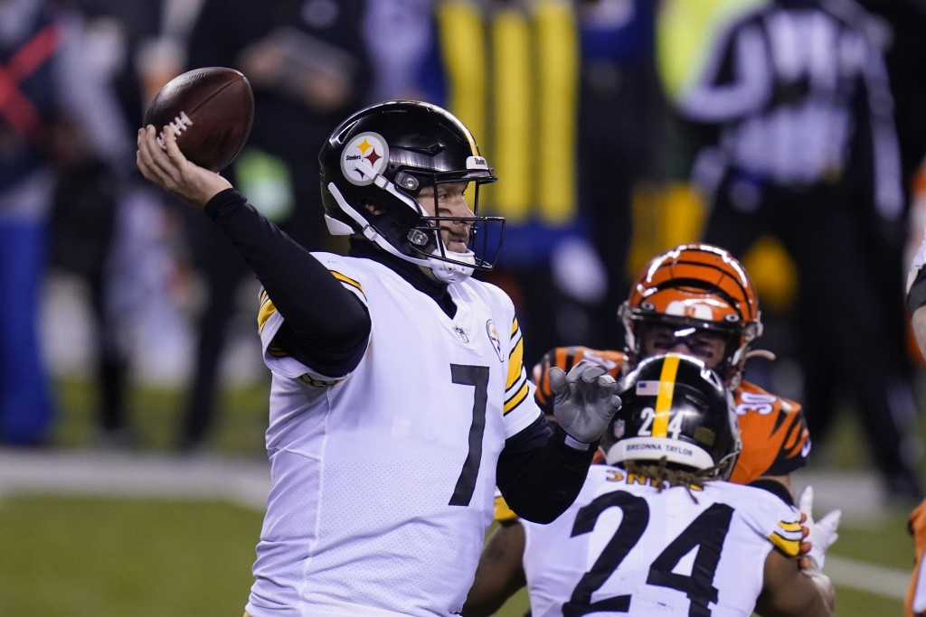 Pittsburgh Steelers quarterback Ben Roethlisberger (7) throws during the second half of an NFL football game against the Cincinnati Bengals, Monday, D...