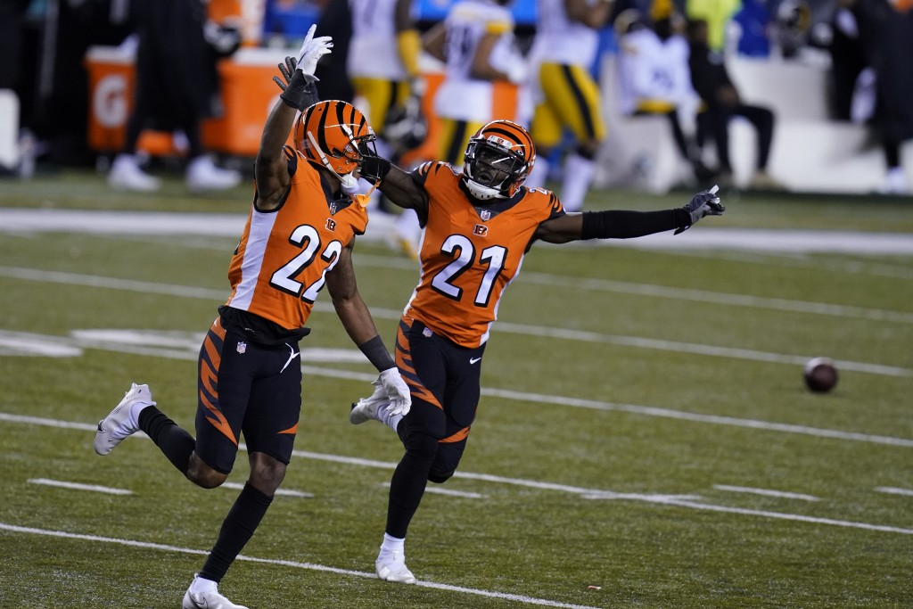 Cincinnati Bengals' William Jackson (22) and Mackensie Alexander (21) celebrate after Pittsburgh Steelers turned the ball over on downs during the sec...