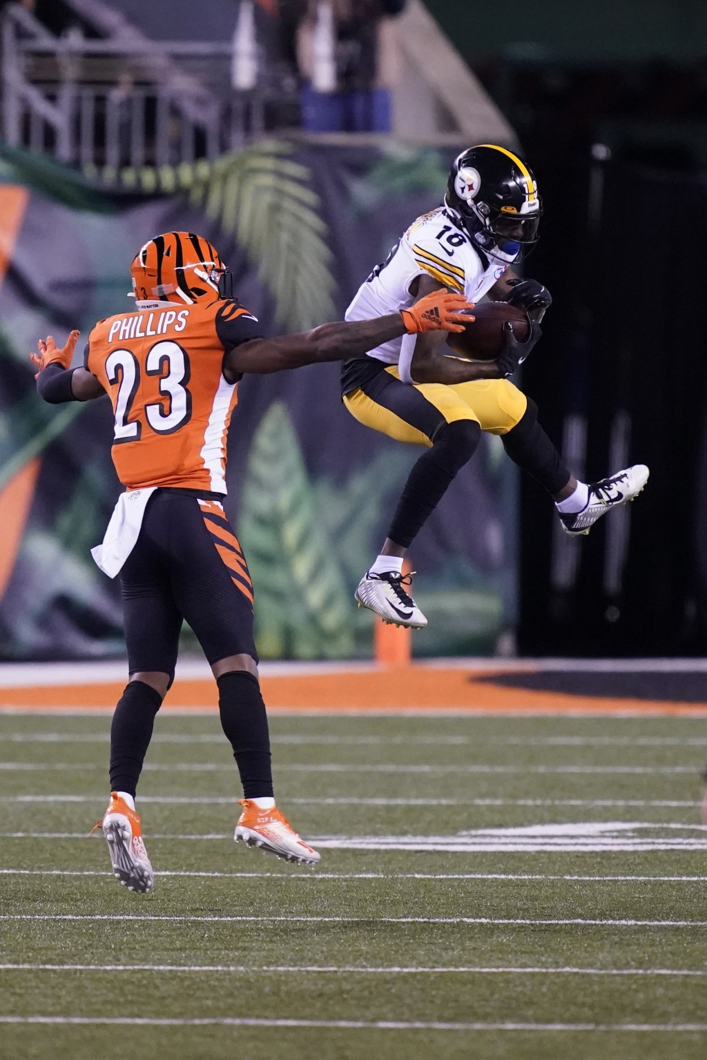 Pittsburgh Steelers' Diontae Johnson (18) makes a catch against Cincinnati Bengals' Darius Phillips (23) during the first half of an NFL football game...