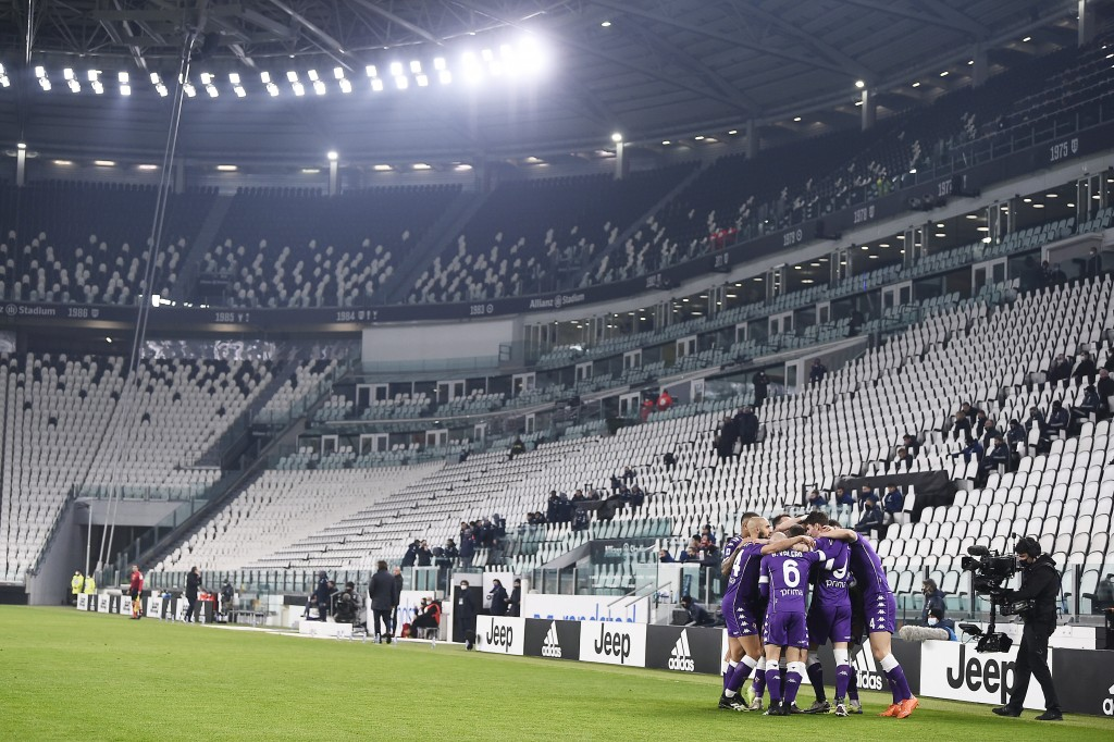 Fiorentina players celebrate afte Dusan Vlahovic scored during the Serie A soccer match between Juventus and Fiorentina, at the Allianz Stadium in Tur...