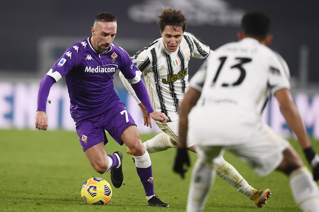 Fiorentina's Franck Ribery, left, is challenged by Juventus' Federico Chiesa during the Serie A soccer match between Juventus and Fiorentina, at the A...