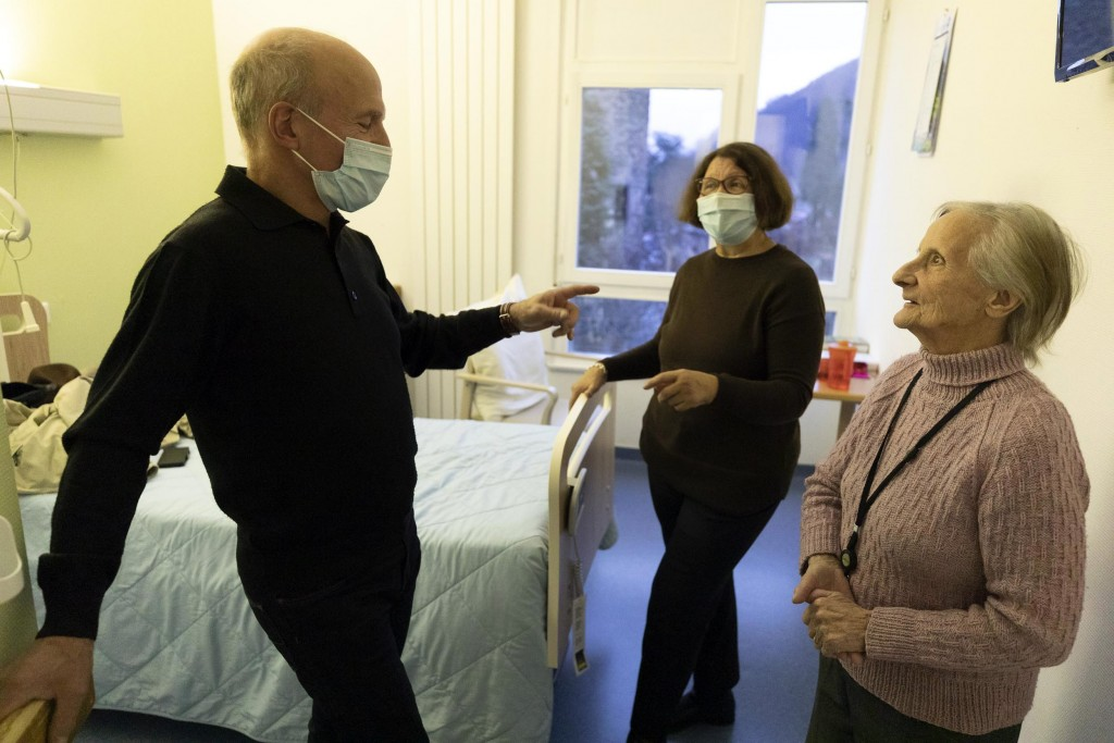 Madame Geltzenlichter Raymonde receives a visit from her son and his wife at a nursing home in Kaysesberg, eastern France, Monday Dec. 21, 2020. Franc...