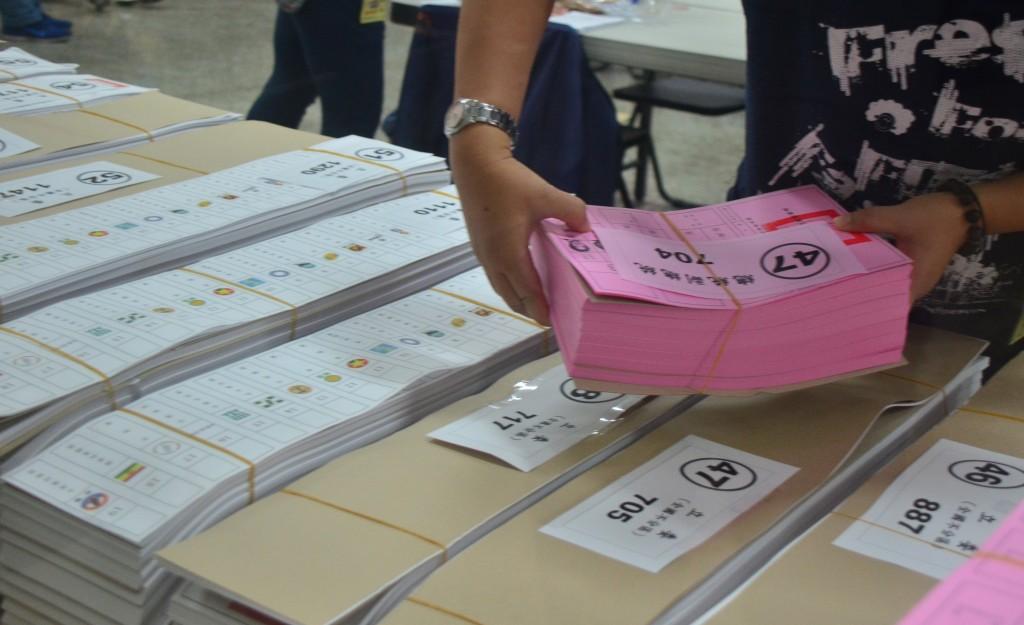 第15任總統副總統及第10屆立法委員選舉將在11日舉行 ,由於今年政黨票上有19個政黨,選票長度創紀錄達 76.5公分。 中央社記者...